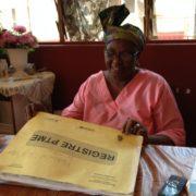 Remplissage du registre PTME par une sage-femme/ A midwife filling out a PMTCT file